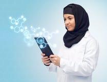 Moslemische Frau mit Tabletten-PC und chemischer Formel Lizenzfreies Stockbild