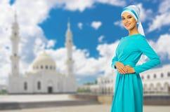 Moslemische Frau mit weißer Moschee Stockfotografie