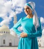 Moslemische Frau mit weißer Moschee Lizenzfreies Stockfoto
