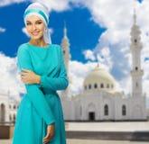 Moslemische Frau mit weißer Moschee Lizenzfreie Stockbilder