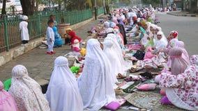 Moslemische Frauen, die nachdem zusammen beten sitzen stock video