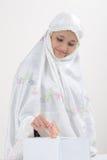 Moslemische Frauen gibt Abgabe Stockbild