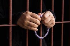 Moslemische Frauenhand im Gefängnis stockfoto