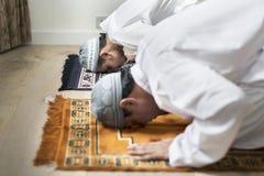 Moslemische Gebete in Sujud-Lage lizenzfreies stockfoto