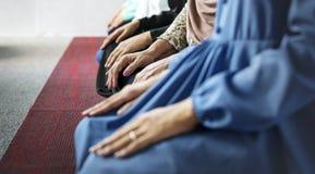 Moslemische Gebete in Takbiratul-Ihramlage lizenzfreies stockbild