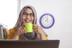 Moslemische Geschäftsfrau Taking Coffee Break im Büro stockfotos