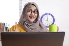 Moslemische Geschäftsfrau Taking Coffee Break im Büro stockfoto