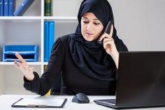 Moslemische Geschäftsfrau während der Arbeit Stockfotos