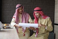 Moslemische Geschäftsmänner haben Sitzung im Café Stockfotografie
