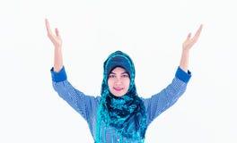 Moslemische Islamfrau mit dem hijab, das Hand darlegt lizenzfreie stockfotografie