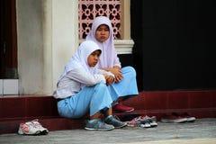 Moslemische Kinder vor einer Moschee Lizenzfreies Stockbild