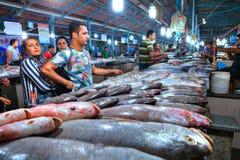 Moslemische Kunden wählen frische Fische an der Markthalle Stockbilder