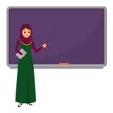 Moslemische Lehrerin, die in der Schule vor unterrichtendem Studenten der Tafel im Klassenzimmer, im College oder in der Universi Lizenzfreies Stockbild