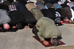 Moslemische Leute beten Stockfotos