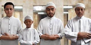 Moslemische Leute beten in der Moschee Lizenzfreies Stockfoto