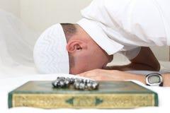 Moslemische Männer betet Lizenzfreie Stockfotos