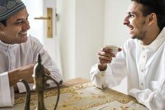 Moslemische Männer, die eine Tasse Tee essen lizenzfreie stockfotos