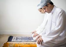 Moslemische Männer, die in Tashahhud-Lage beten lizenzfreie stockfotos