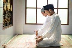 Moslemische Männer, die in Tashahhud-Lage beten stockbilder