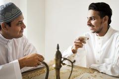 Moslemische Männer, die Tee zusammen trinken lizenzfreies stockbild