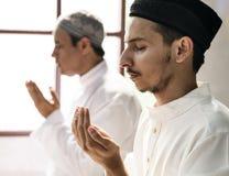 Moslemische Männer, die während Ramadans beten stockbild