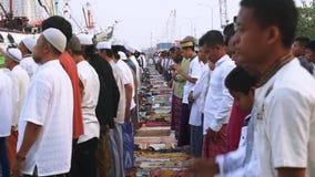 Moslemische Männer, die zusammen beten stock video