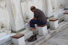 Moslemische Mannwaschung Stockfotografie