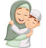 Moslemische Mutter, die ihren Sohn umarmt stock abbildung