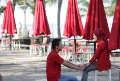 Moslemische Paare im Rot Stockbilder