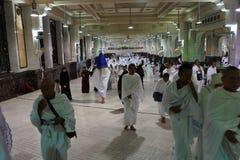 Moslemische Pilger führen saei ` lebhaftes Gehen durch Stockfotos