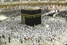 Moslemische Pilger im weißen Stoff in Makkah, Saudi-Arabien Stockfotografie