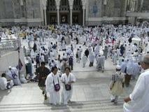 Moslemische Pilgerer am Al Haram Moscheeeingang Stockbilder