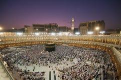 Moslemische Pilgerer circumambulate das Kaaba Stockbilder