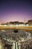 Moslemische Pilgerer circumambulate das Kaaba an der Dämmerung Lizenzfreie Stockbilder
