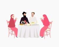 Moslemische ramadhan iftar Frau und Mann des Abendessens genießen das Lebensmittelbruchfasten Lizenzfreie Stockfotos