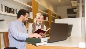Moslemische Studenten in der Bibliothek Stockfoto