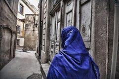 Moslemische traditionelle Frau, die alte historische Stadt in Baku Azerbaijan besichtigt Innrer-Stadt Stockbilder