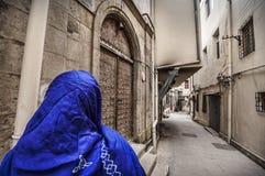 Moslemische traditionelle Frau, die alte historische Stadt in Baku Azerbaijan besichtigt Innrer-Stadt Lizenzfreie Stockfotos