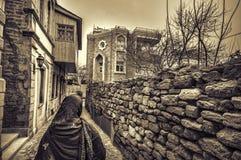 Moslemische traditionelle Frau, die alte historische Stadt in Baku Azerbaijan besichtigt Innrer-Stadt Stockfoto