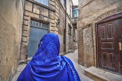 Moslemische traditionelle Frau, die alte historische Stadt in Baku Azerbaijan besichtigt Innrer-Stadt Stockbild