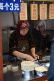 Moslemischer Chinese, der Stand kocht Stockbild
