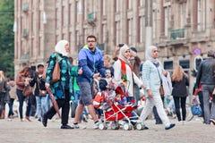 Moslemischer Familienweg auf dem Verdammungs-Quadrat, Amsterdam, die Niederlande Stockfotografie
