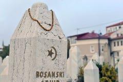 Moslemischer Friedhof, Finanzanzeigennahaufnahme in Sarajevo, Bosnien und Herzegowina Stockfoto
