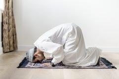 Moslemischer Junge, der in Sujud-Lage betet stockfotografie