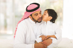 Moslemischer Junge, der Vater küsst Stockbilder