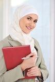 Moslemischer kaukasischer weiblicher Kursteilnehmer lizenzfreie stockbilder