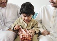 Moslemischer kleiner Junge mit seiner Familie lizenzfreies stockbild