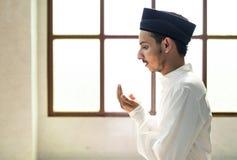Moslemischer Mann, der Allah DUA macht lizenzfreie stockfotografie