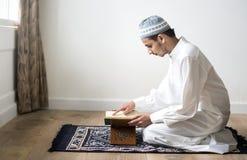 Moslemischer Mann, der den Quran studiert lizenzfreie stockfotos