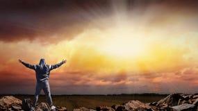 Moslemischer Mann, der in der Natur, Schattenbild betet Lizenzfreie Stockfotografie